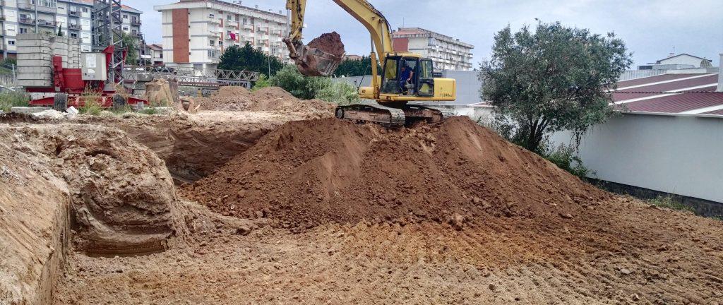 Trabalhos de preparação e desaterro do terreno na Encosta do Sol para os novos apartamentos T3 Figueira da Foz